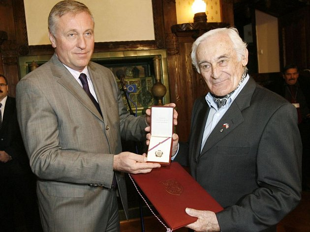 Milan Paumer  jeden ze členů skupiny bratří Mašínů, také získal čstné ocenění od premiéra Topolánka.