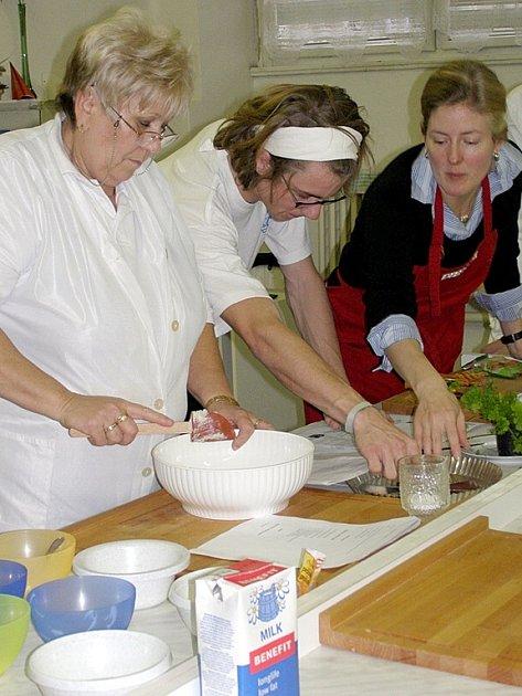 Přípravu amerických pokrmů pod vedením rodilé mluvčí  zvládli studenti na jedničku.