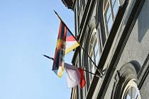 Tibetská vlajka na budově slánského úřadu.