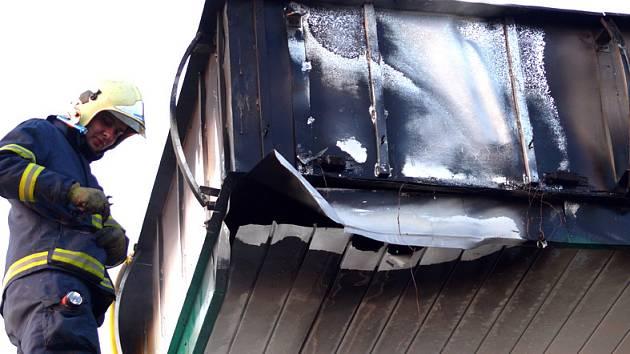 Požár střešní konstrukce se hasičům podařilo rychle zlikvidovat.