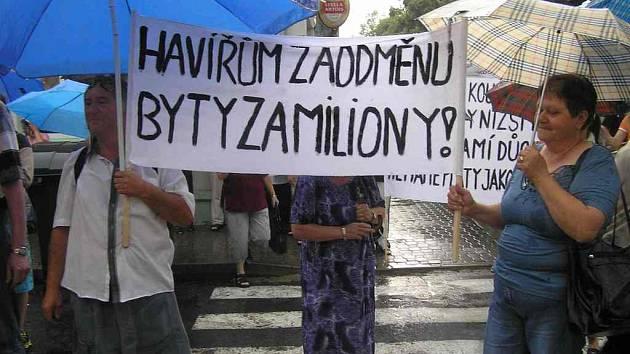 VYZBROJENO transparenty se včera sešlo více než 200 nespokojených nájemníků před sídlem společnosti Služby dolů Kladno v Saskově ulici.