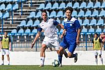 Fotbalisté SK Kladno (v bílém) hostili v přípravě Slovan Velvary. Hosté vyhráli 4:2. Dominik Šíma v bílém a Tung