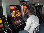 Jsou i hráči, kteří během chvilky na automatech utratí celou výplatu.