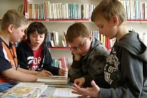 Literární testy si v rámci Dne knihy a autorských práv v Městské knihovně Unhošť ve středu dopoledne vyzkoušely žáci 3. C místní školy.