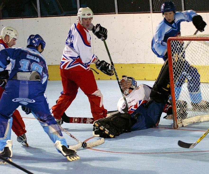 Miloš Hořava (vpravo v modrém) zápas rozhodl.