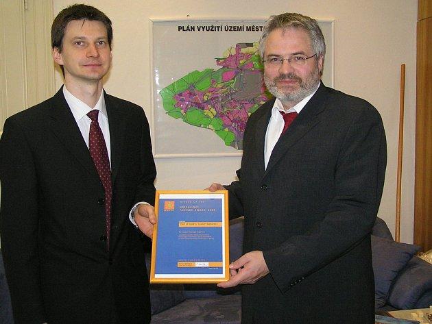 Cenu European GreenLight předal vedoucí stejnojmenného programu v ČR Juraj Krivošík (vlevo) primátorovi Kladna Danu Jiránkovi.