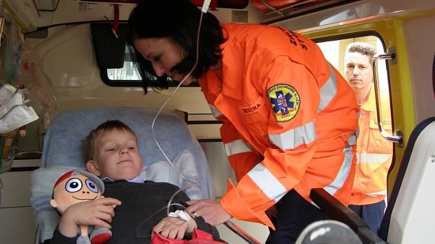 Malý pacient v sanitce je i pro zkušené profesionály stresující.