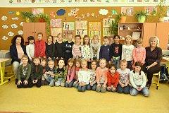 Žáci I. B 2. ZŠ Slaný s třídní učitelkou Marcelou Majtaníkovou a asistentkou pedagoga Marií Ficherovou.