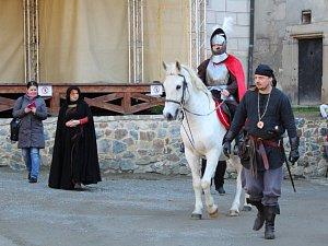 Martin na bílém koni přijel na Křivoklát požehnat mladému vínu