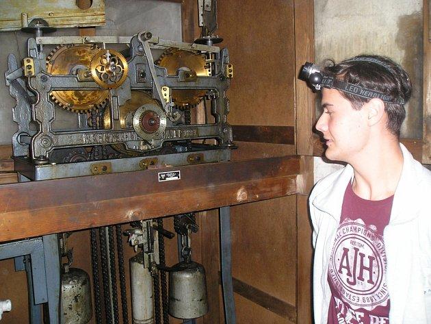 V NĚKDEJŠÍM BYTĚ HLÁSNÉHO ve věži kostela byl v sobotu k vidění také původní hodinový stroj z roku 1887.