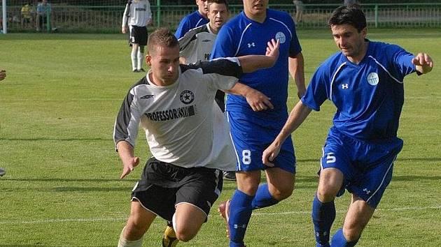 Fotbalisté Čechie Velká Dobrá Radek Duda (5) a Juraj Stolár (8).