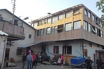 Vyhořelou ubytovnu v Kladně uzavřeli, radnice poskytla lidem náhradní ubytování.