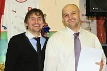 Brankářská ikona Martin Vaniak a střelec Jaromír Šilhan na plesu v Hostouni. Teď se tam Vaniak vrátil v dresu a od Šilhana dostal dva góly.