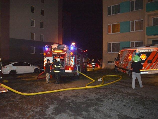 Požár panelového domu ve Slaném.