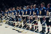 Kladno na ledě New York Rangers, pátý zprava je Miroslav Dvořák.