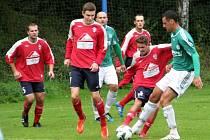 Fotbalisté Hostouně (v zeleném František Motlík) tenhle duel kola nezvládli, v souboji o prvnímísto v I. A třídě prohráli na hřišti Jílového 1:4.