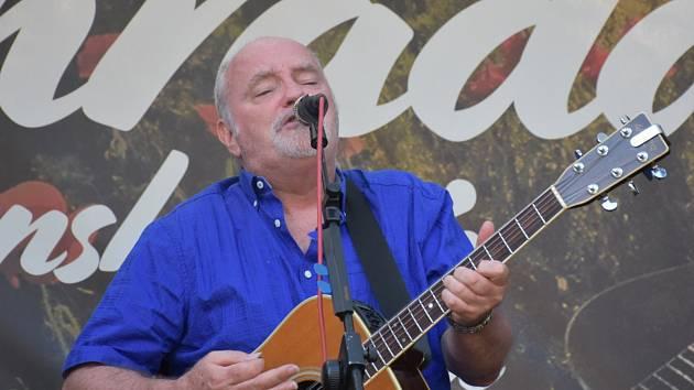 Britský písničkář Jamie Marshall zahrál v zámecké zahradě.