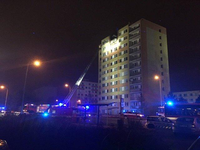 Požár paneláku v Kladně v Americké ulici vypukl v sobotu nad ránem