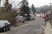 V Třebichovicích srazilo v sobotu večer auto osmdesátiletého muže. Ten na místě zemřel, řidič ujel.