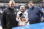 Vladimír Svoboda byl oceněn ke svým devadesátinám před zápasem Kladno - Poruba sportovním manažerem Rytířů Davidem Čermákem (vlevo) a členem vedení PZ Kladno Vladimírem Kamešem.