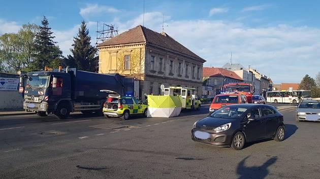 Dopravní nehoda osobního automobilu a popelářského vozu.