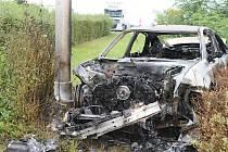 Vrak vozidla Audi po nočním požáru. Auto skončilo po zběsilé jízdě v travnatém pásu vedle čerpací stanice Shell u Slaného.