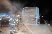 Požár autobusu nedaleko Pavlova.
