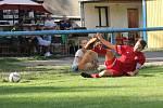 Nováček krajského přeboru Libušín (v červeném) v prvním kole nečekaně doma přehrál obhájce prvenství Poříčí 3:2 na penalty.