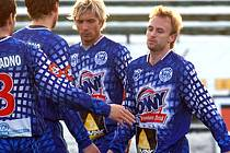 Ondřej Szabo (vpravo) přijímá gratulace poté, co na Tipsportlize vstřelil  Mostu první gól (4:0). V neděli však bude proti  Severočechům scházet pro čtyři žluté karty.