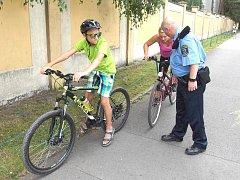 STRÁŽNÍCI MĚSTSKÉ POLICIE KLADNO upozorňovali na cestě u koupaliště cyklisty na případné nedostatky jejich  kol.