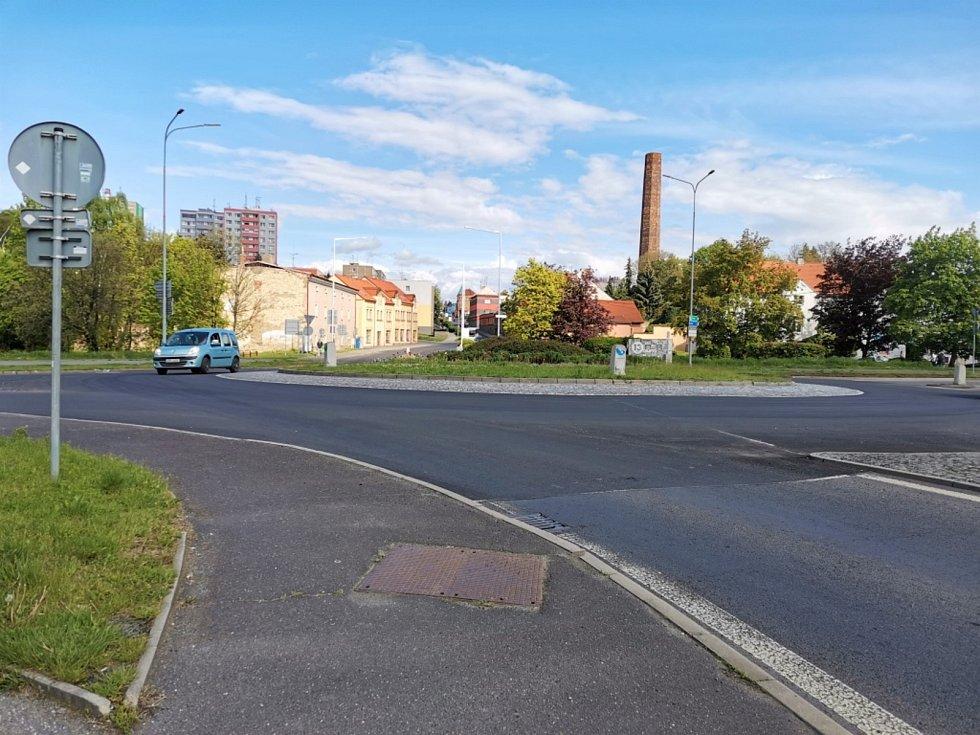 Silnicí v Pražské ulici ve Slaném už projedete bez omezení.