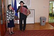 Do volební místnosti přišli zahrát manželé Maťkovi z Družce.