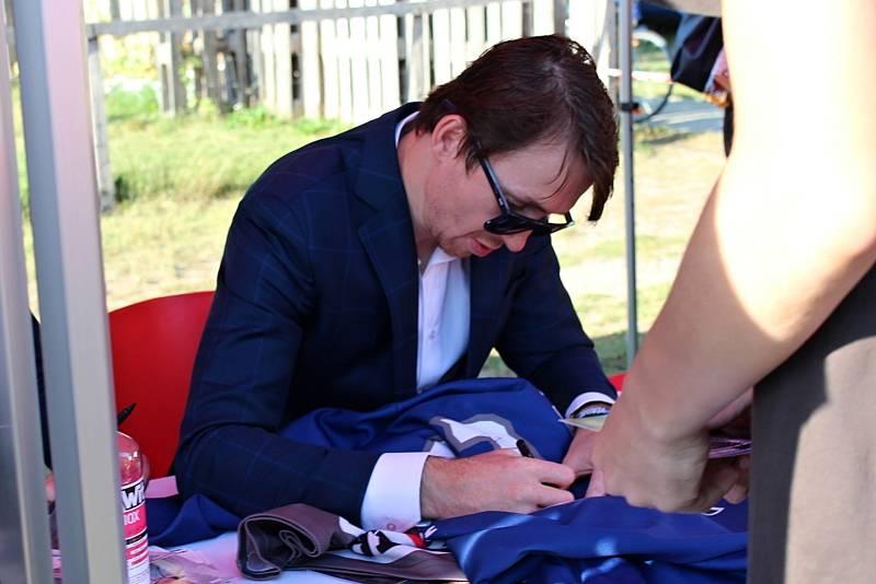 Rytíři Kladno - autogramiáda u Kauflandu byla hodně úspěšná, pro podpis Jágra a spol. si přišly stovky fanoušků. Jan Kregl