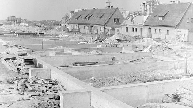 Demolice části německého protektorátního Siedlungu a jeho nahrazení panelovým sídlištěm na Sítné v  70. letech z archivu Tomáše Roučka