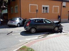 Nehoda dvou osobních vozidel v ulici J. Hory v Kladně se obešla bez zranění. V jednom z aut cestovala žena s roční holčičkou.
