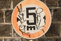 Počmáraná dopravní značka