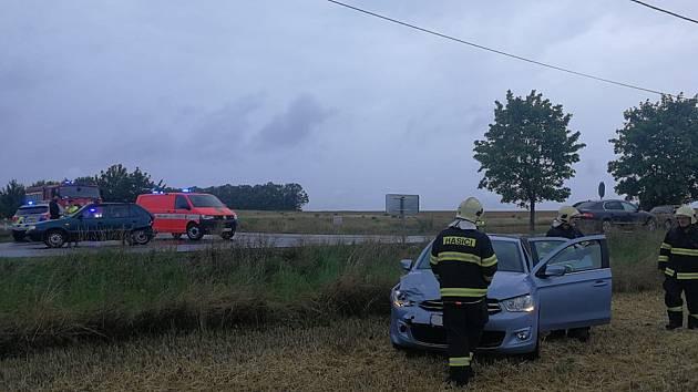 Dopravní nehoda dvou osobních automobilů u obce Unhošť.