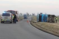 Bezohledný řidič zavinil nehodu, policie shání svědky.