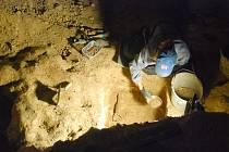 Archeolog při práci v divadle.
