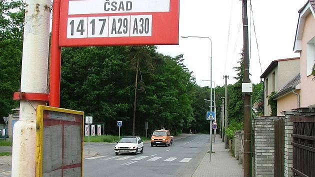 Silnice v ulici Železničářů bude o prázdninách kompletně opravena .