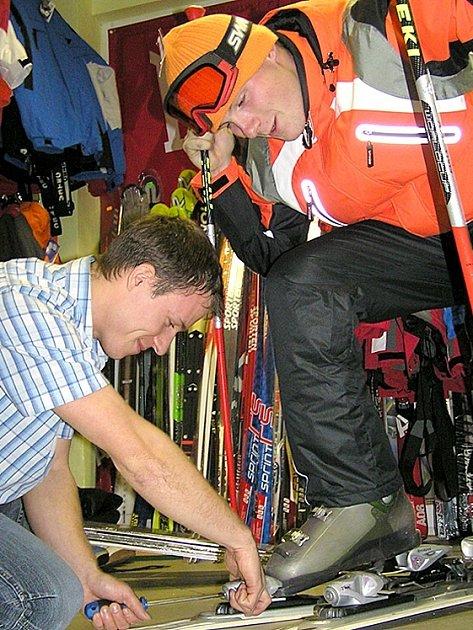 Také servisy v Kladně mají nyní napilno. Náruživí lyžaři vyrážejí na první sníh již o nadcházejícím víkendu.