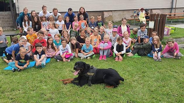 Kladenští strážníci navštívili děti na letním táboře v Libušíně. Foto: MP Kladno