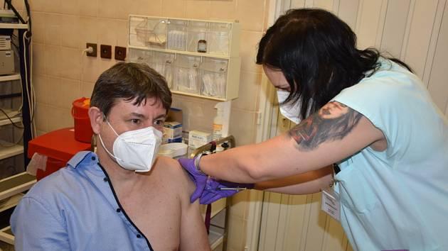Očkování zdravotníků ve slánské nemocnici. Ředitel Štěpán Votoček šel na řadu jako první.