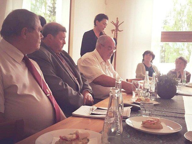 FOTOGRAFIE ZE STŘEDEČNÍ VÝROČNÍ SCHŮZE lidické základní organizace ČSBS, na níž byla Jana Bobošíková (stojící) zvolena její předsedkyní. Zcela vpravo sedí Miloslava Kalibová.