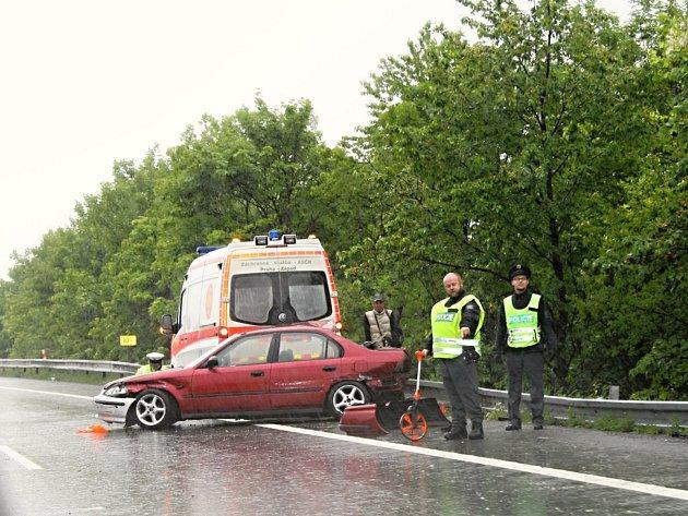 Na dálnici u Kladna havarovala dvě auta a sanita, čtyři lidé byli zraněni.