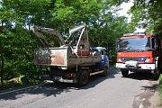 Celková škoda, která vznikla na vozidle, mini bagru a železničním mostu, byla předběžně vyčíslena pětatřicet tisíc korun.