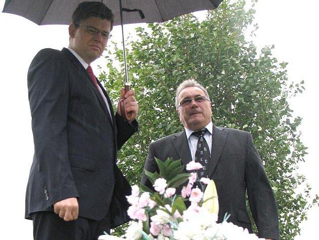 Ministr Jiří Pospíšil a starosta Kmetiněvsi Luděk Kvapil nad místem, kde bylo nalezeno tělo zavražděné dívky.