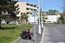 Ve Slaném havarovala motorkářka, skončila v nemocnici.