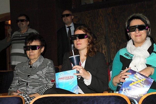 PRVNÍMI DIVÁKY slánského 3D kina byli novináři, pracovníci úřadu a zastupitelé. Nechyběly popcorn a cola.