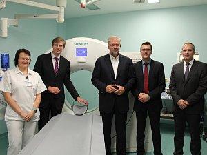 Náměstek hejtmanky M. Kupka (druhý zleva) a P. Bendl (třetí zprava) během slavnostního zahájení provozu nového přístroje CT.